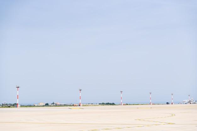 空港の滑走路を転がり落ちる飛行機。