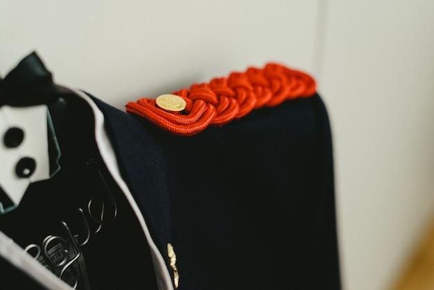 ハンガーに掛かっているミリタリードレススーツジャケット