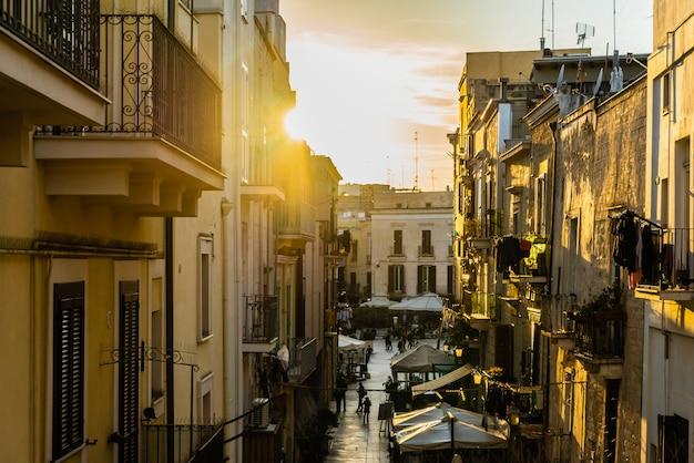 バーリのイタリアの街の夕日