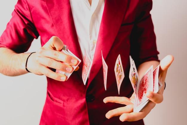 カードのデッキでトリックをしている魔術師の手。