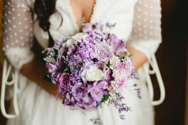 Красивый свадебный букет с весенними цветами сиреневых тонов.