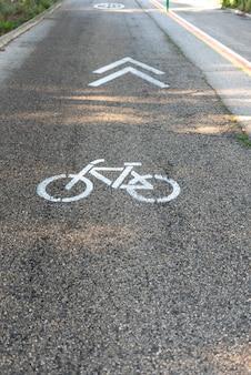 自転車レーンを示す地面に描かれた交通標識