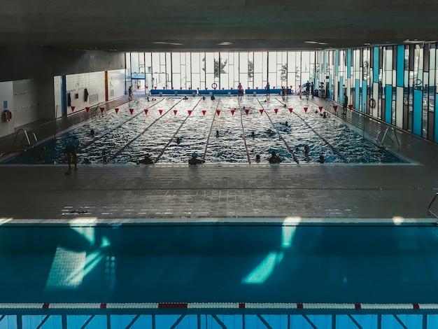 秋のスポーツプールでの水泳コースの始まり。