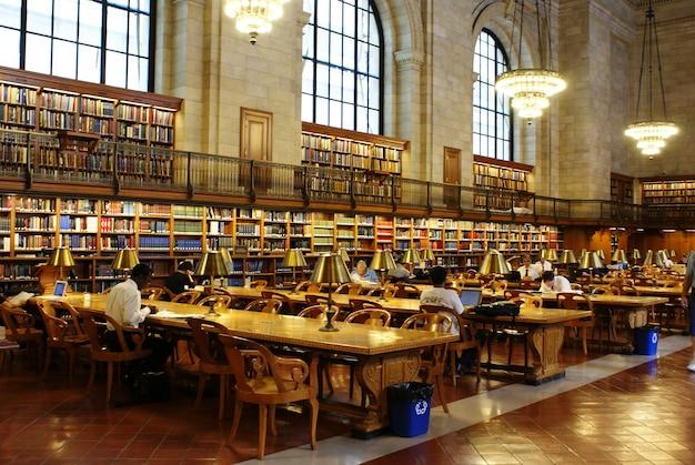 知識を広げるために相談するために利用可能な何千冊もの本がある無料の公共図書館。