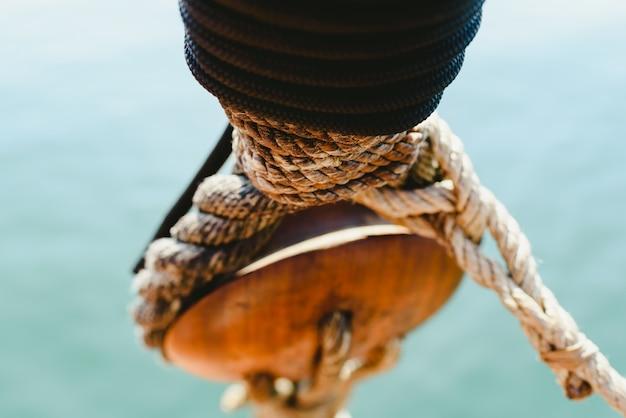 夏に航行する古い帆船の索具とロープ。