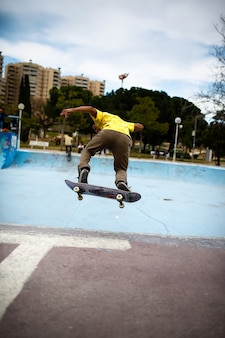 スケート公園で彼のスケートとスタントをしているラテンの少年。