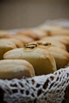 結婚指輪の分離とテキスト用のスペースがあります。