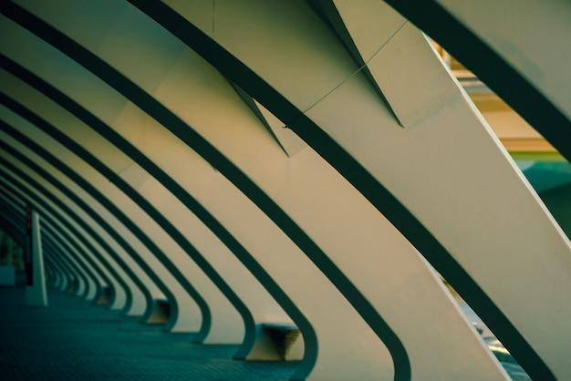 近代性と建築の背景として、暗いシーンで白いセメントの列。