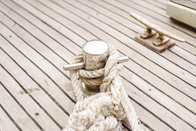 ボートを港に結びつけるためのロープ、クリート、ボラード。