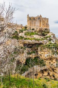 イタリアの観光都市イタリアの壮観な崖の端にぶら下がっている教会。