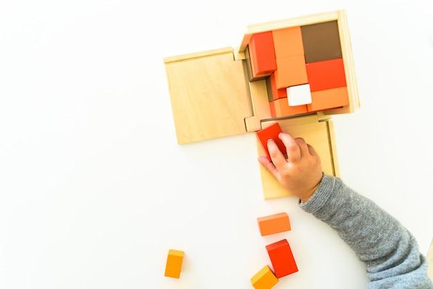 小学校と小学校の子供のための学校で使用するための異なるタイプのモンテッソーリ教材。