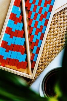赤と青のモンテッソーリのウッドストライプがクラスで算数を習得します。