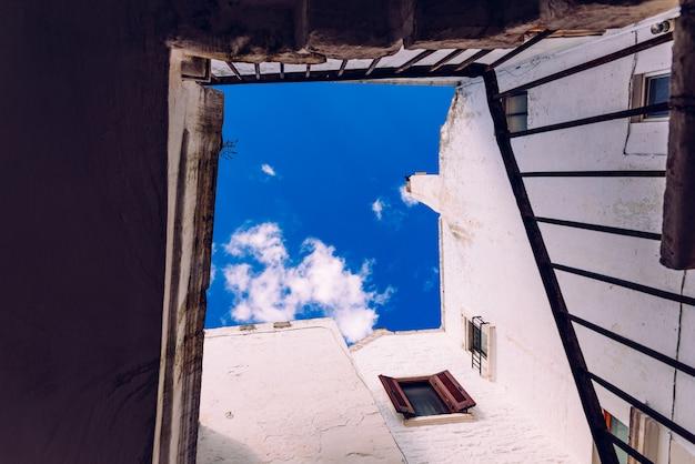典型的なイタリアの街ロコロトンドの白塗りの壁がある家が並ぶ通り。