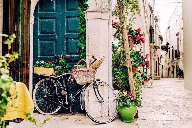 私たちがイタリアを旅行するとき散歩に理想的なバリの美しい街の狭い通り。