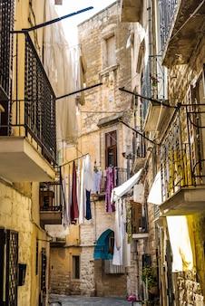 イタリアの観光都市バリのカラフルで古い路地。