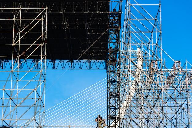 野外コンサートの舞台の建設