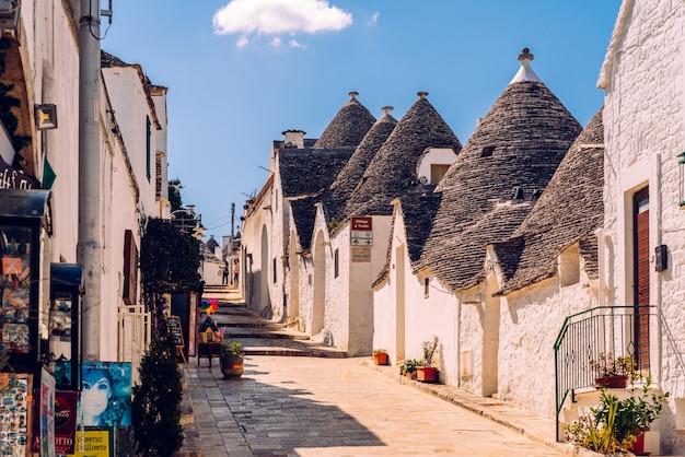 何千人もの観光客が訪れたこの奇妙なイタリアの街の通りの眺め。