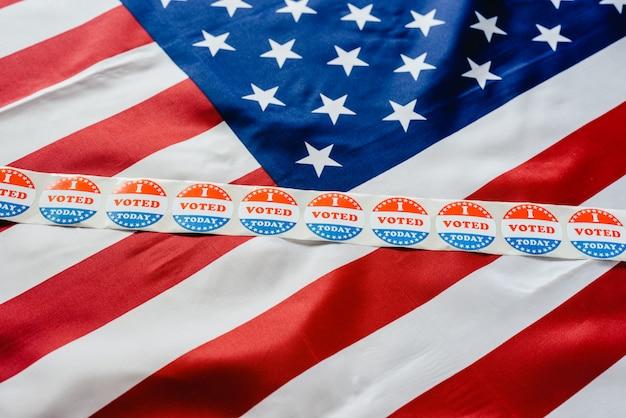 Наклейка с полосой я голосую сегодня за флаг сша после голосования в урне для голосования.