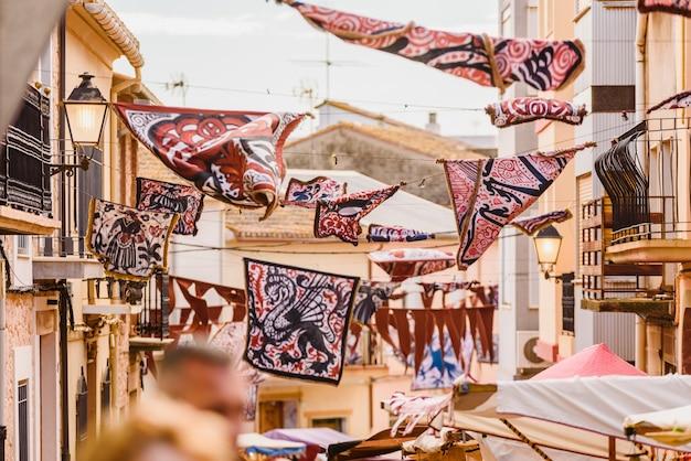 野外フェスティバルで通りの間にぶら下がっている中世のバナー。