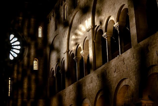 バーリ、サンニコラスデバーリの小聖堂の内部。