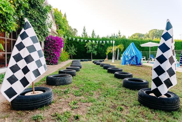 チェッカーフラッグ付きタイヤとレーシングサーキット。