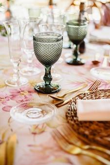 テーブルのための優雅なカトラリーそして花の整理。