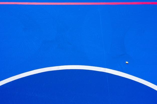 Интенсивный синий фон баскетбольной площадки