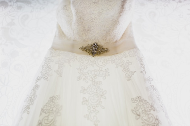 非常にエレガントで排他的なウェディングドレスの詳細。