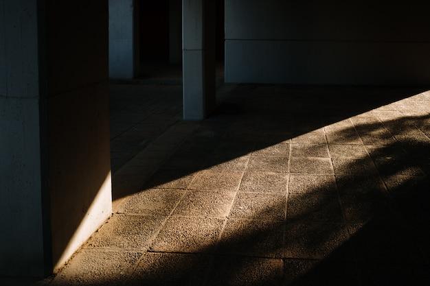太陽に照らされた壁の固体レンガの背景。
