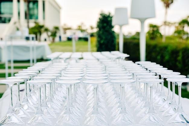透明なグラスとカップ、空できれい、飲み物のケータリングによって準備され、ダイナーとのイベントを祝います。