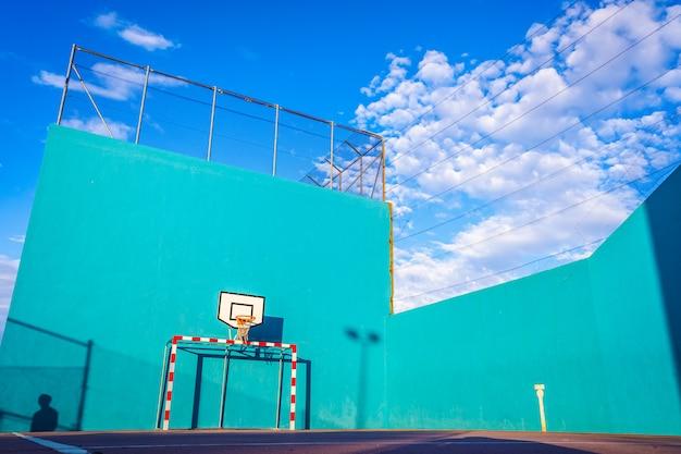 夏のスポーツのゴールとバスケットボールコートの壁