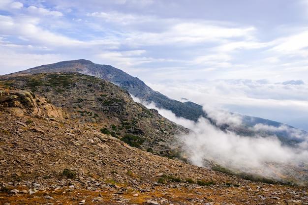 マドリードのトップ山で雲の上にある日