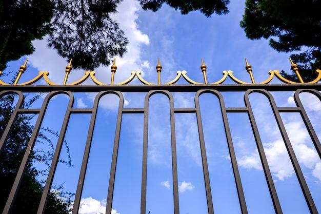 金持ちの大邸宅の富を守るための豪華な門。