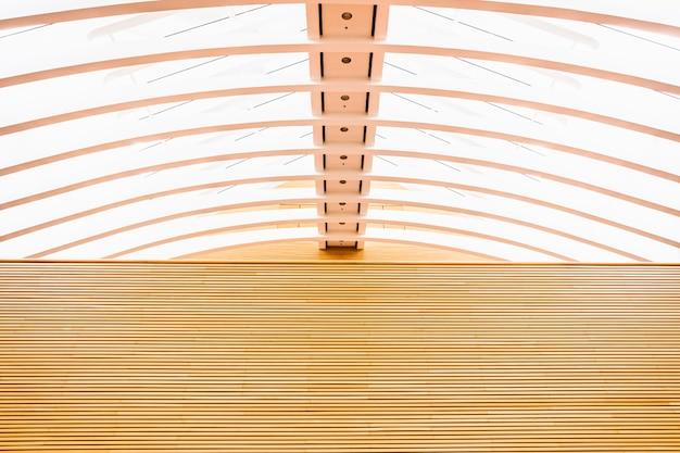 モダニズムの建物の内部に木製の壁。