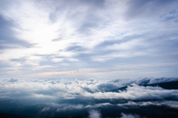 Славное изображение как предпосылка облачного неба в высоких горах для предпосылки природы.