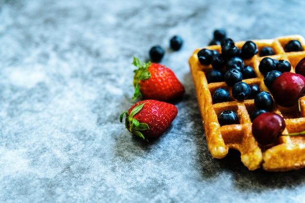 Удовольствие от завтрака в воскресенье утром роскошной вафлей