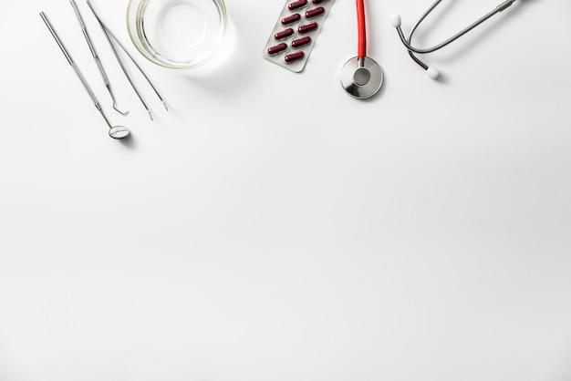 Плоская планировка белого медицинского фона, обезболивающее лечение стоматолога.