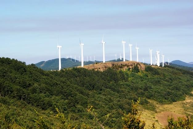 スペインのナバラにある丘の上で発電する白い風車。