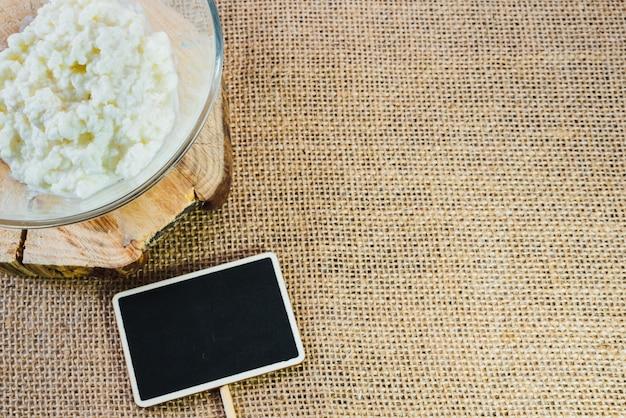 ケフィア粒、健康的な食事の概念とボウルの横にあるテキストを書くために黒板でスペースをコピーします。