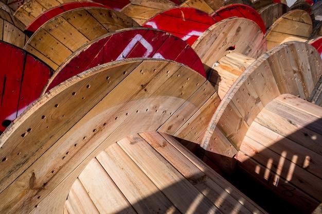 電気ケーブルの工場に保管されている大きな木製ケーブルリール。