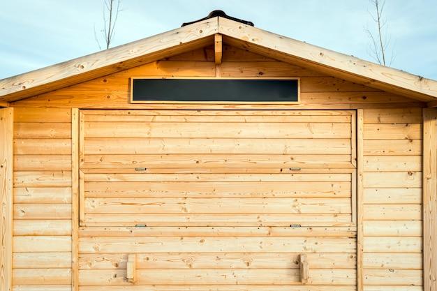 空の段ボールで閉じた木製の小屋。