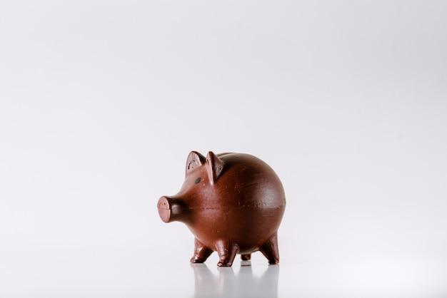 Копилка ребенка изолированная на белизне где сохранить монетки.