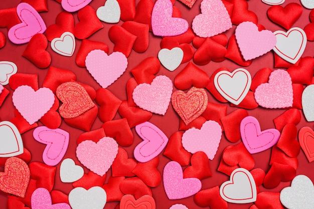 Предпосылка много романтичных красных сердец на день валентинки.