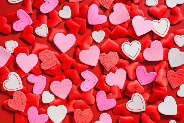 ロマンチックなフラットは、愛を祝うために心に満ちていました。