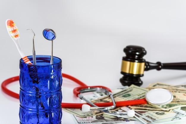 悪い習慣を犯した歯科医は裁判官に非難され、保険料を支払うよう訴えられます。