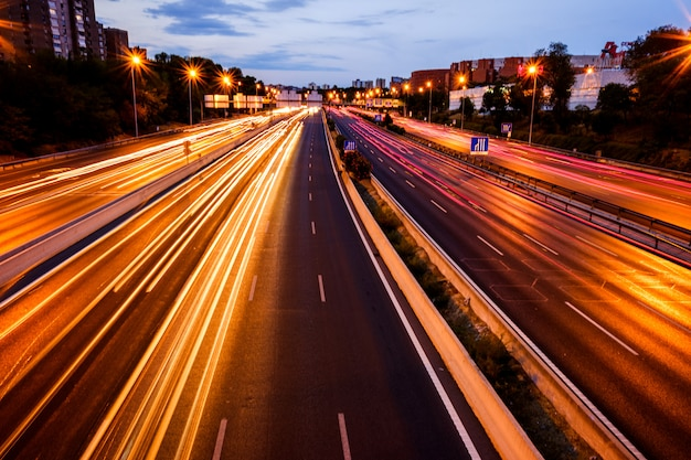 夜に大きな道で車のライトの道。
