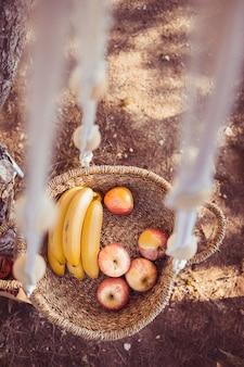 木、健康的なスナックコンセプトに掛かっているフルーツバスケット。