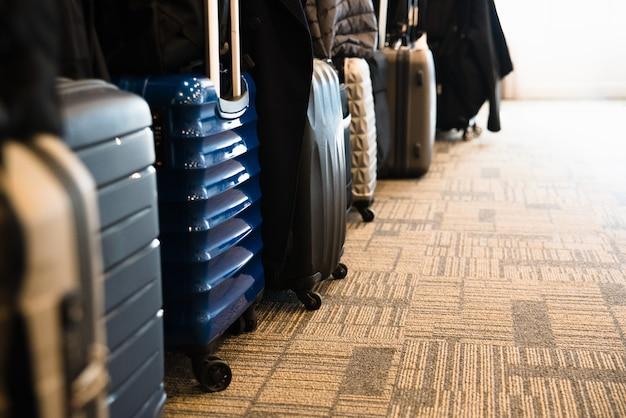 コピースペース付きのアジアの観光客の広々としたホテルの部屋に並んだ旅行スーツケース。