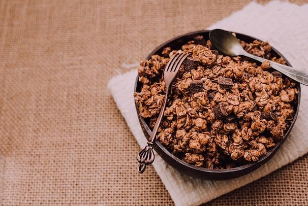 フィットネスをし、食事を管理したい人のために上から見たシリアルとグラノーラの料理。