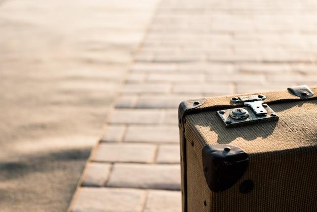 古いヴィンテージスーツケースのクローズアップの詳細